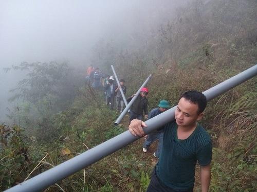 Toàn bộ giáo viên trường Mản Thẩn vác ống lên đỉnh núi để dẫn nước sạch về trường.