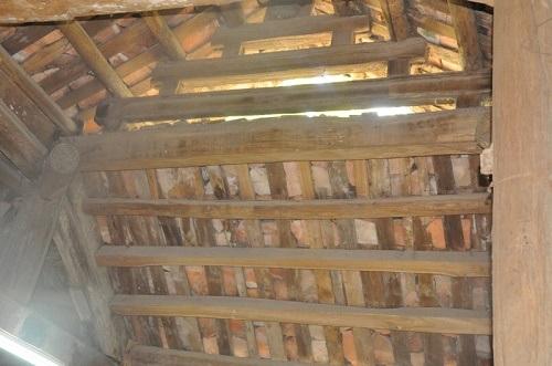Những mái ngói lợp lâu năm xuống cấp trầm trọng