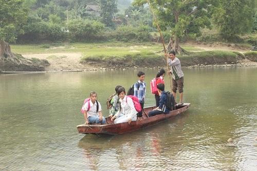 Người lái đò Chảo Kèn Dùng đã 30 năm chở đò miễn phí cho học sinh và giáo viên tới trường
