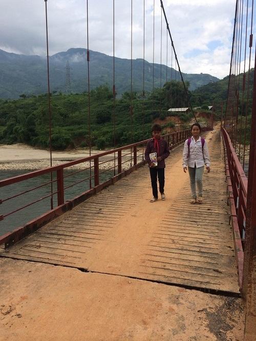 Học sinh phấn khởi khi có cây cầu mới