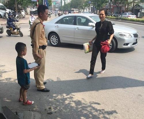 Mẹ cháu bé mừng phát khóc khi được nhận con từ tay các CSGT