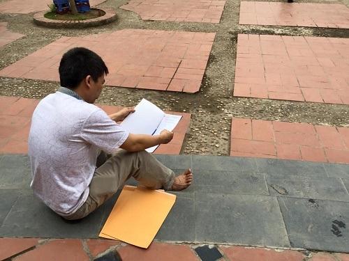 Phụ huynh ngồi ngâm cứu hồ sơ tuyển sinh lớp 6