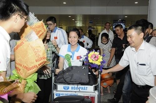 Em Trần Vân Anh trở về trong sự chào đón của mọi người