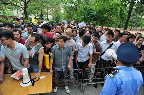 Phụ huynh lo lắng không mua được hồ sơ cho con nhập học vào các trường nóng.