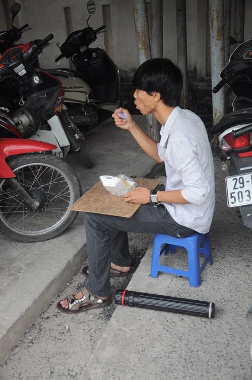 Một thí sinh tranh thủ ăn sáng trước khi vào phòng thi.