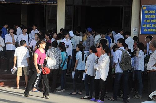 Các thí sinh tập trung trước giờ vào phòng thi tại cụm thi Đại học công nghiệp Hà Nội