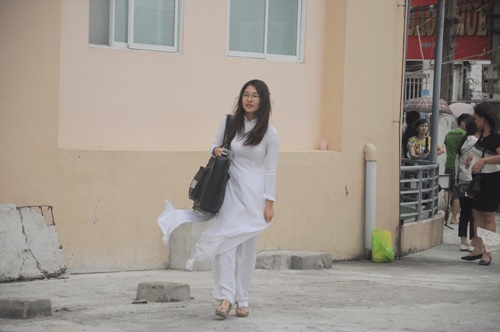 Thí sinh diện áo dài trắng