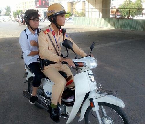 Nữ sinh trường Chu Văn An được CSGT đưa đi thi
