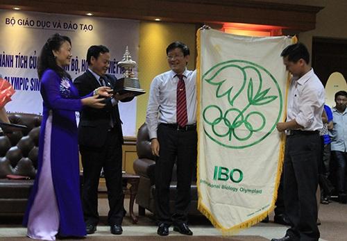 Việt Nam nhận cờ đăng cai Olympic Sinh Học 2016