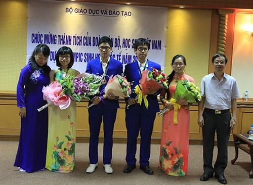 Đoàn học sinh thi Olympic Sinh Học được vinh danh