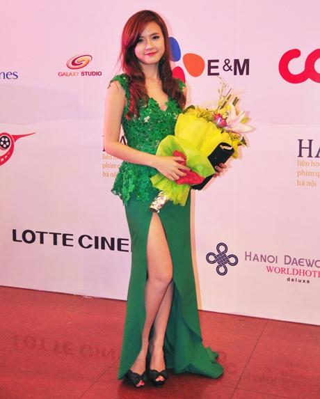 Hotgirl Midu diện váy xẻ cao táo bạo tại lễ bế mạc LHP quốc tế HN.