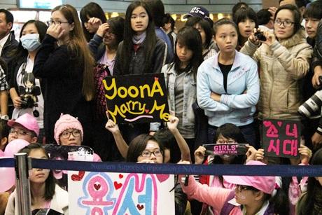 Một bạn trẻ giơ cao tấm biển YoonA, marry me