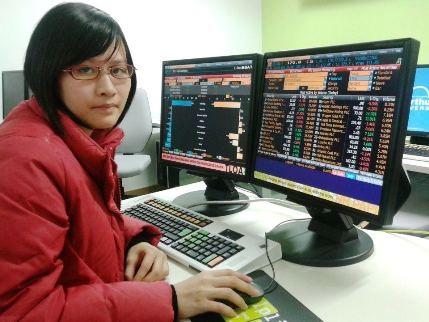 Ôm máy tính, du học sinh Việt kiếm tiền qua mạng