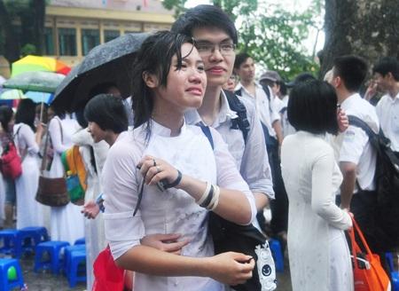 Nữ sinh Chu Văn An chia tay giữa trời mưa