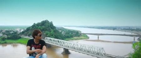 ...mà clip còn là dịp đưa người xem đến với địa danh xứ Thanh như cầu Hàm Rồng, sông Mã...