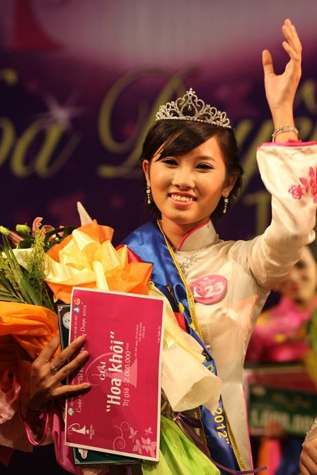 Phan Trà Vy đăng quang Hoa khôi trong sự hưởng ứng nhiệt tình của khán giả.
