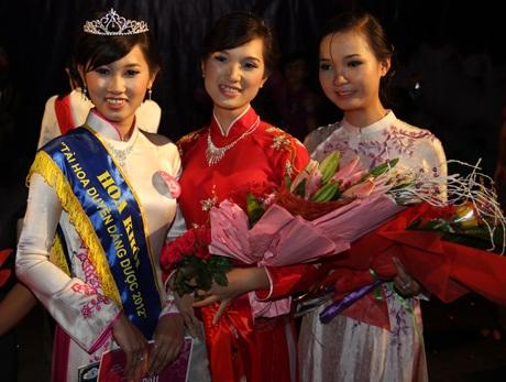 Phan Trà Vy (trái) đăng quang Hoa khôi trong sự hưởng ứng nhiệt tình của khán giả.