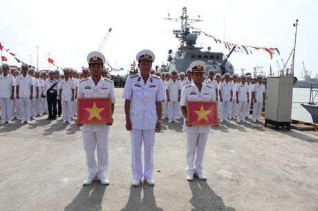 Lãnh đạo quân chủng trao cờ Tổ quốc cho hai tàu trước khi làm nhiệm vụ.