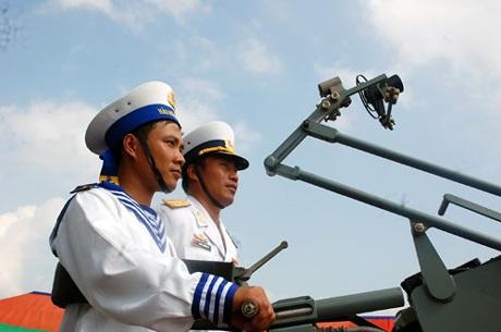 Cán bộ, chiến sỹ tự tin làm chủ con tàu mới, hiện đại.