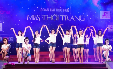 30 thí sinh Miss ĐH Huế trong trang phục áo thun, quần soóc khoẻ khoắn ra mắt khán giả.