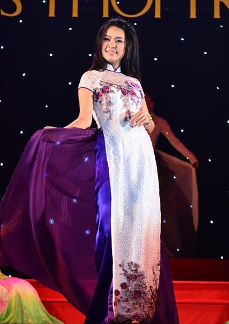 Trang phục truyền thống tôn lên nét dịu dàng của con gái Huế