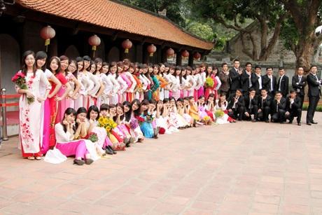 Sinh viên năm cuối HV Ngân hàng chụp tại Văn Miếu Quốc Tử Giám