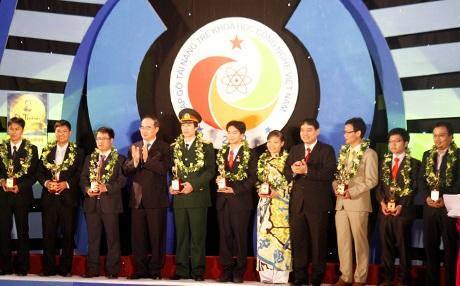 10 tài năng trẻ được trao giải thưởng KHCN thanh niên Quả cầu Vàng 2012 (10/11/2012)