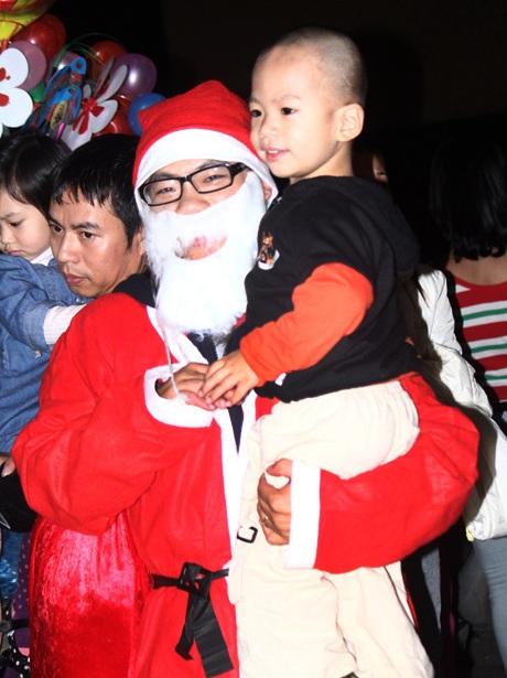 Ông già Noel được trẻ nhỏ yêu thích