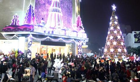 Khu vực trung tâm thành phố, dòng người đổ về chơi Noel đông nghìn nghịt