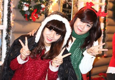 Những thiếu nữ xinh xắn dạo chơi Giáng sinh