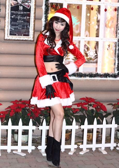 Cô Noel trên đường phố Hà Nội