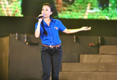 Cẩm Ly hóa thành cô thanh niên tình nguyện trong Ngày đẹp quê hương