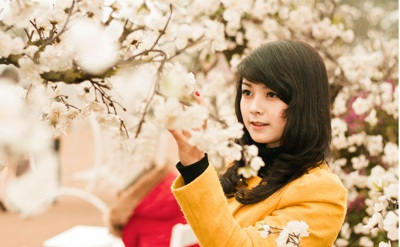 Chụp ảnh bên hoa đào, một cách vui chơi thú vị của các nữ sinh Hà Nội.