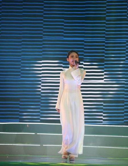 Thu Trang gây ấn tượng với tà áo dài và ca khúc Hello Vietnam