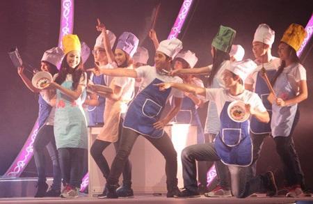 Tiết mục biểu diễn thú vị của các thí sinh và nhóm nhảy.