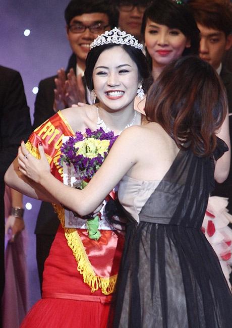 Hoa khôi năm 2011 trao lại vương miện, chúc mừng Tân Hoa khôi ĐH FPT 2013