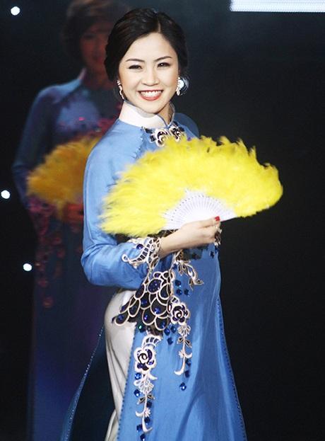 Trần Minh Thu duyên dáng trong phần thi áo dài