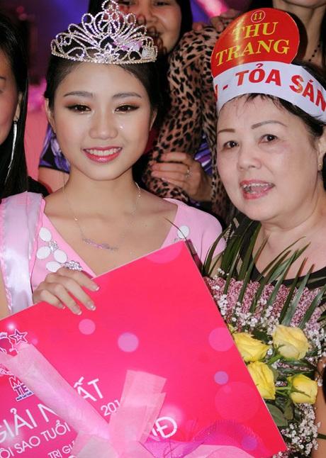 Thu Trang và người thân sau khoảnh khắc đăng quang.