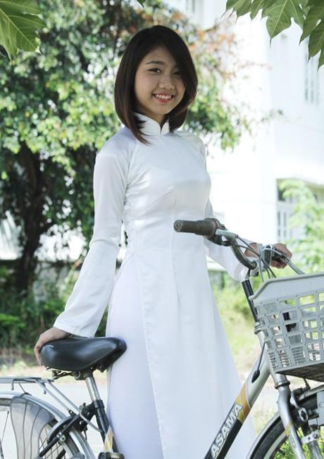 Lọt vào chung kết, cô... mềm mại hơn. Trong tà áo dài, Thu Trang giữ nét trong veo tuổi học trò.