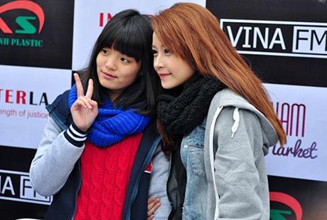 Các fan ngay lập tức nhận ra Chi Pu và chụp ảnh cùng
