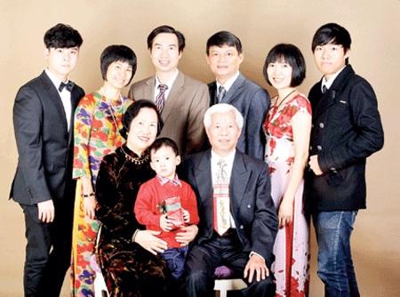 Bà Đoàn cùng chồng và các con, cháu (Ảnh do gia đình cung cấp).