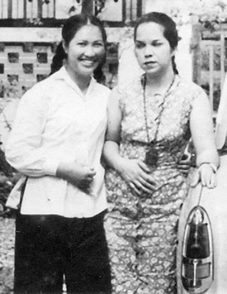 Bà Nguyễn Thị Ngọc Đoàn chụp ảnh lưu niệm với đồng chí Alica Zanizet năm 1966.