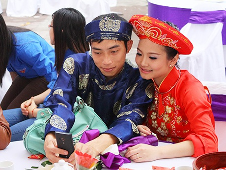 Đôi vợ chồng mới cưới tranh thủ chụp ảnh khoe bạn bè