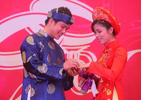 Các cặp đôi trao nhẫn cưới cho nhau