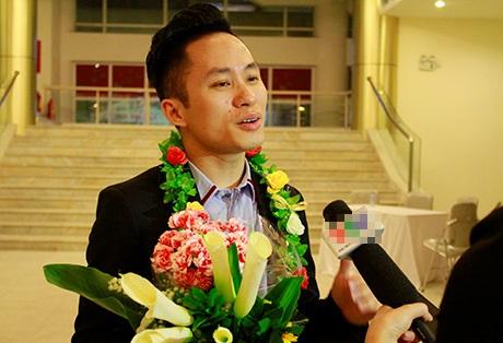 Anh được báo chí quan tâm phỏng vấn ngay sau khi bước ra khỏi hội trường lễ trao giải