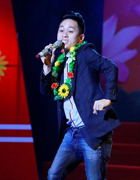 Tùng Dương trình diễn Chiếc khăn Piêu ngay trong lễ trao giải