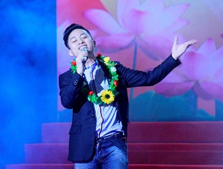 Fan bủa vây chúc mừng chàng ca sĩ nhận giải thưởng và xin chữ kí