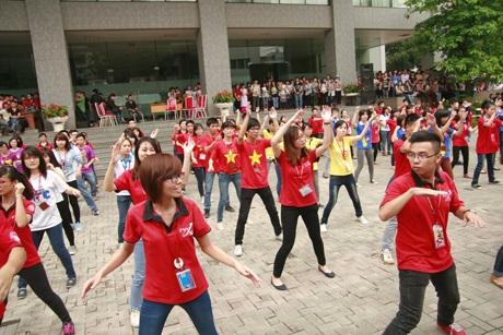 Màn nhảy flashmob tập thể của hàng trăm SV Ngoại thương.