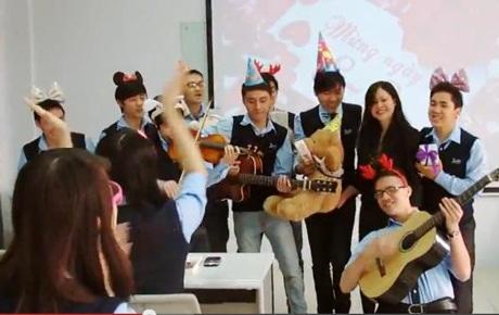 Rộn ràng tiếng đàn hát mừng cô giáo và các bạn nữ cùng lớp
