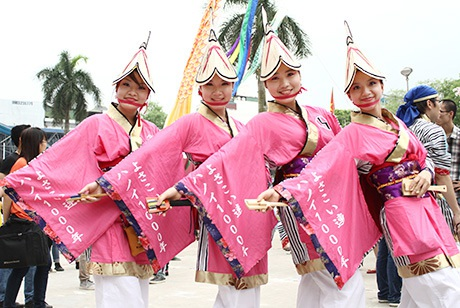Đội múa Yosakoi xinh xắn